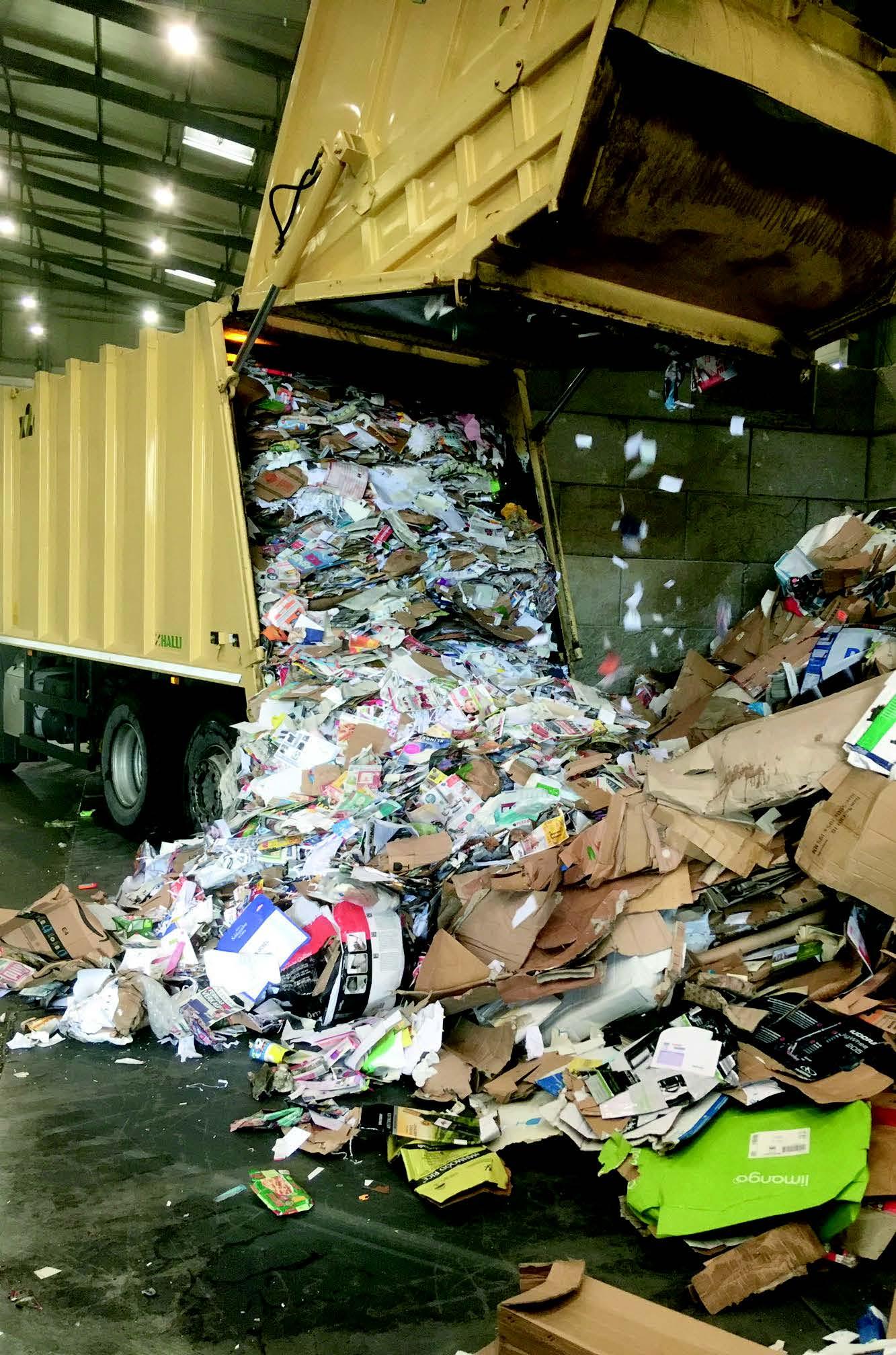 Müllauto mit Altpapier
